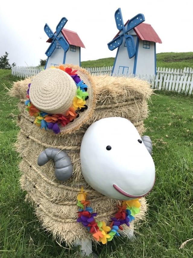 清境農場利用百慕達草梱,布置各式造型羊。(清境農場提供)