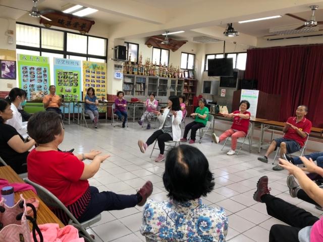 復健科物理治療師林淑惠(中)在社區教民眾手腳協調健康操