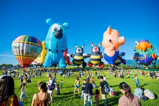 台灣熱氣球嘉年華鹿野高台熱鬧開幕,各種造型球色彩繽紛。(台東縣政府提供)