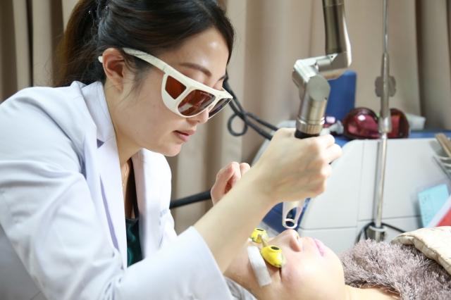 黃郁菁醫生表示,日常的痘痘預防與保養很重要,若已經形成痘疤,可透過雷射治療。(公關提供)