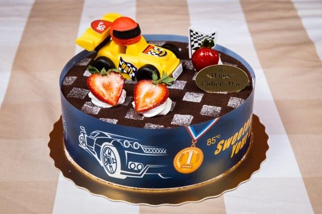 「飆風再起」蛋糕,基底為香軟戚風蛋糕,夾心牛奶巧克力慕斯和草莓慕斯。