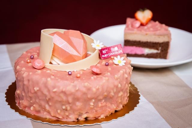 85˚C研發新品「紅寶石巧克力蛋糕」,天然粉色與莓果香,裹上紅寶石杏仁粒淋面。