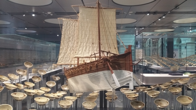 唐代沉船「黑石號」模型,出現在新加坡亞洲文明博物館中。打撈上來的多數瓷碗倖免受損。(大紀元資料室)