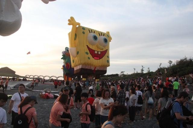 台灣國際熱氣球嘉年華光雕音樂會6日清晨在東海岸三仙台迎曙光。(台東縣政府提供)