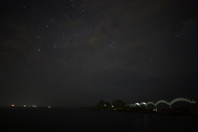 台東三仙台,八拱橋映襯著海面上的夏日星光。(台東縣政府提供)