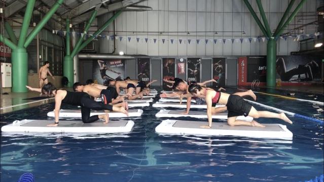 在游泳池健身,比在地面上消耗更多卡路里。(業者提供)