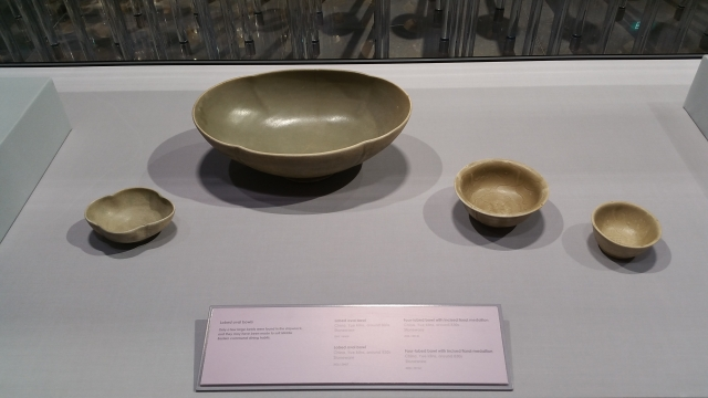 唐代越窯青瓷:花口碗、花口超大碗、中碗、小碗 。(大紀元資料室)