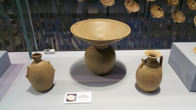 唐代越窯青瓷:穿帶壺 、渣斗(中)、執壺。(大紀元資料室)