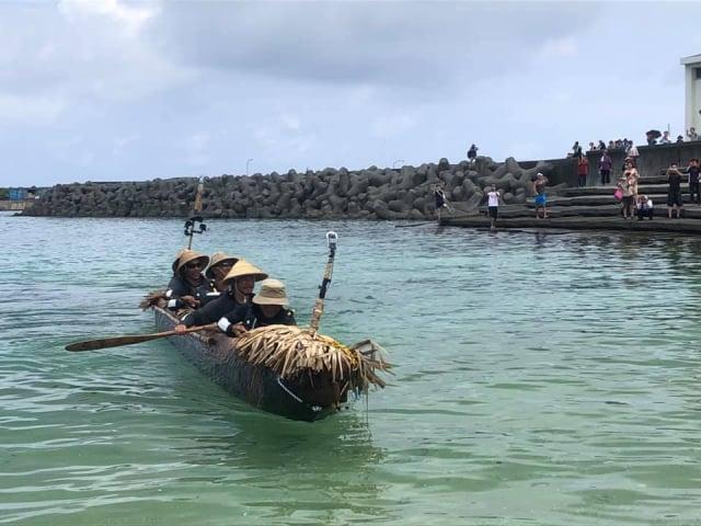5名划手靠著觀星象測風向,經2天人力划行,成功從台東划圓木舟抵日本沖繩與那國島。