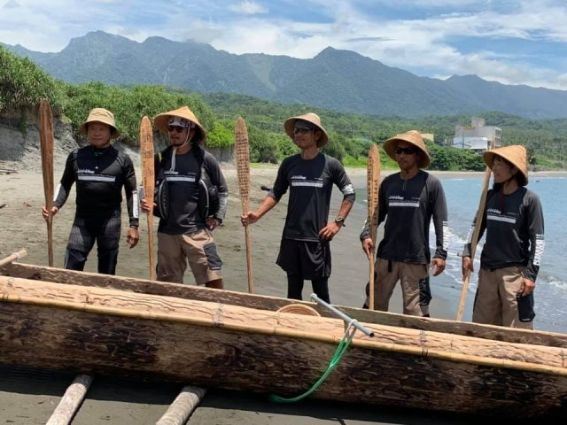 5名划手經2天人力划行,挑戰黑潮成功,從台東長濱划圓木舟抵日本沖繩與那國島。