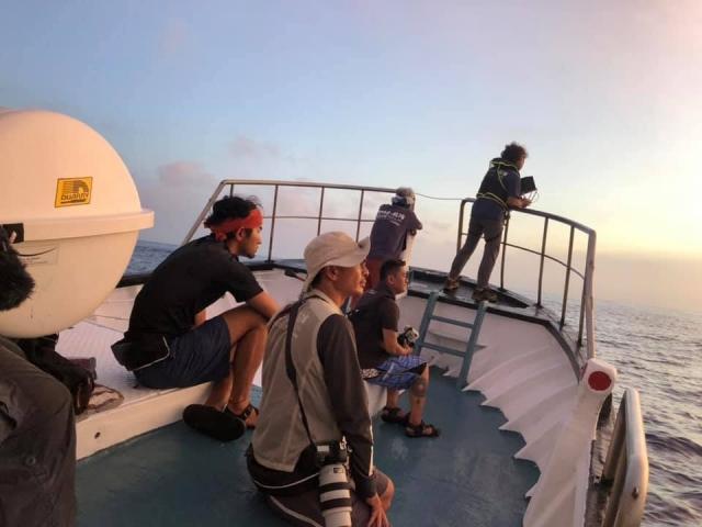 跨越黑潮研究團隊在戒護船上陪伴著圓木舟航行。