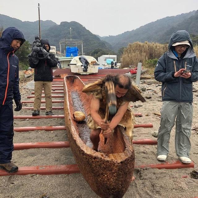 跨越黑潮計畫,日工藝家雨宮先生製作圓木舟。(台灣史前文化博物館提供)