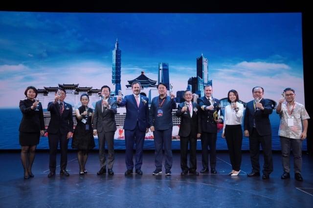 為慶祝世界夢首航基隆港,星夢郵輪特特於船上舉辦首航記者會。