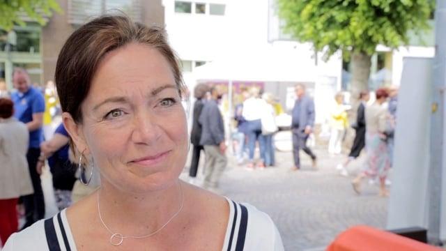 瑞典國會議員阿爾梅在政治週的法輪大法展位前接受採訪。(明慧網提供)