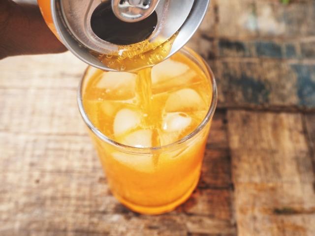 最新研究發現,飲用汽水和果汁等含糖飲料,與罹患特定癌症的風險較高有關。(shutterstock)