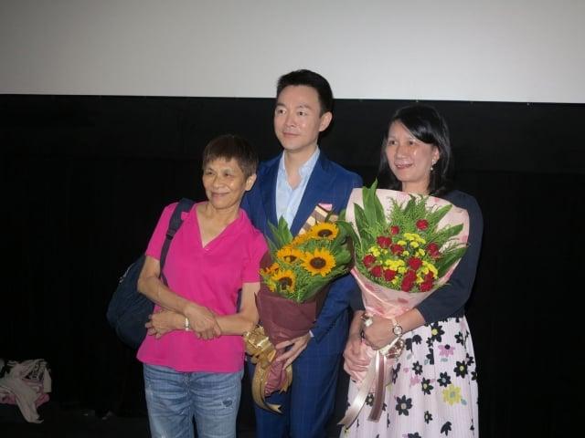 中山大學光電系教授張美濙(右)說,《歸途》傳達善的力量,是真正的永恆。