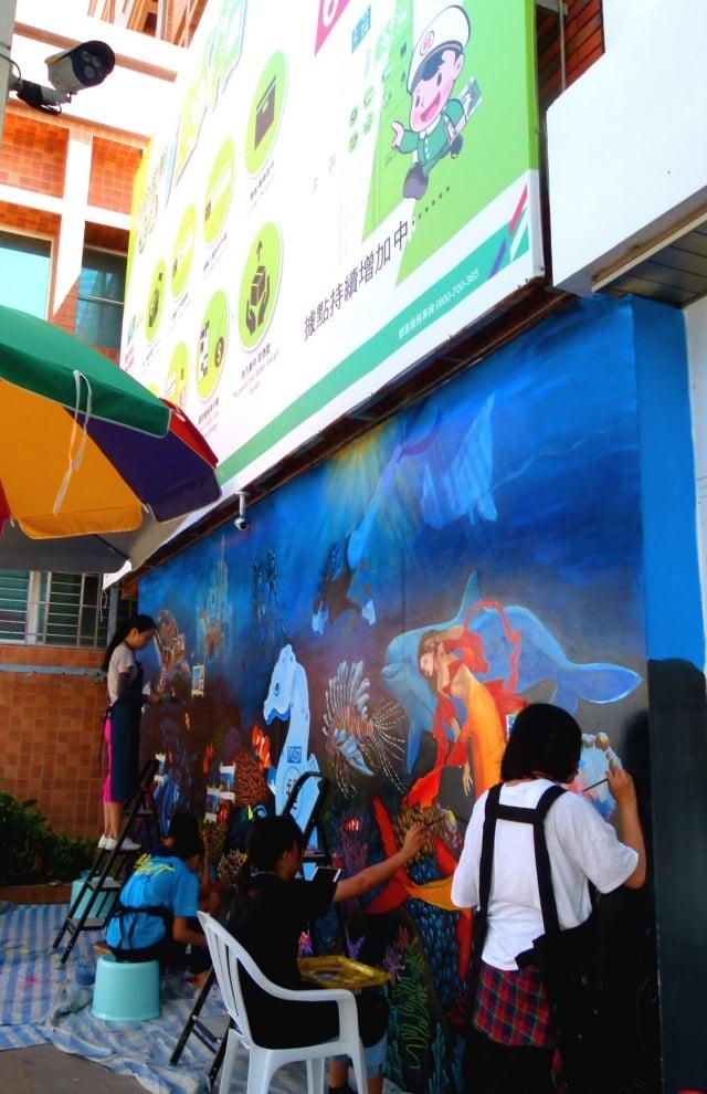 台東女中美術班師生彩繪,台東大同路郵局牆面變身成熱鬧的海底世界。