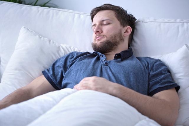 研究顯示,若能治療睡眠呼吸中止,減重會比較容易達成。(Fotolia)
