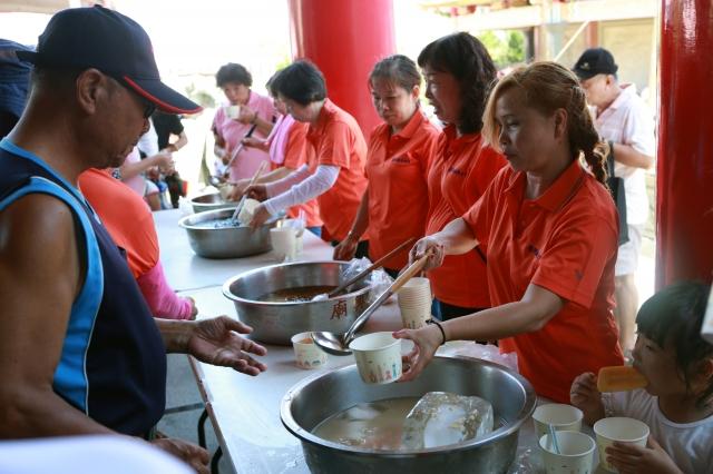 五結鄉「土豆節」傳統土豆趣味競賽現場準備仙草蜜、花生仁湯、愛玉冰等。