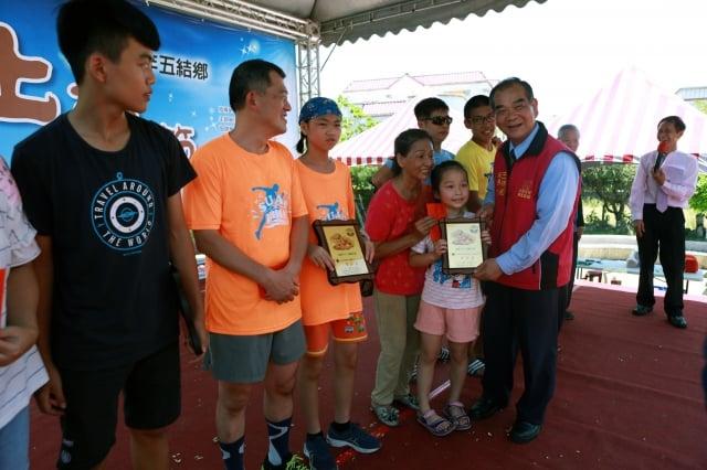親子夾土豆接力賽成績第1至6名:李惠婷、藍啟瑞、李蔚藍、周家銘、張如婷、吳義雄。
