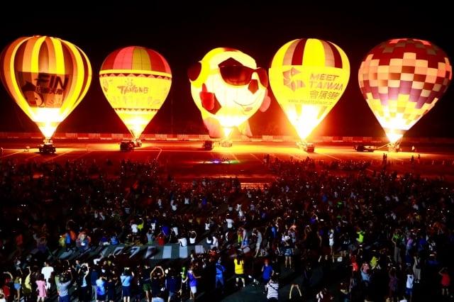 台灣國際熱氣球嘉年華光雕音樂會首次至綠島演出。(台東縣政府提供)