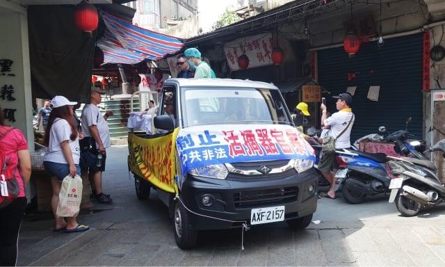 遊行隊伍穿梭金門最繁華金城市區,引起不少民眾注目。
