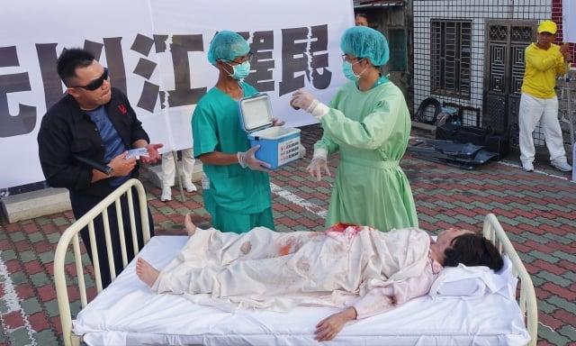 活摘器官行動劇,醫師在未施打麻藥的情況下,摘除法輪功學員器官,與中共官員勾結,謀取暴利。