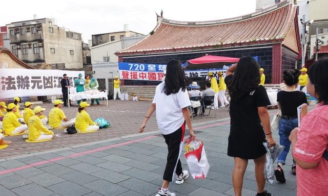 記者會現場上演行動劇,引起遊客駐足觀看。