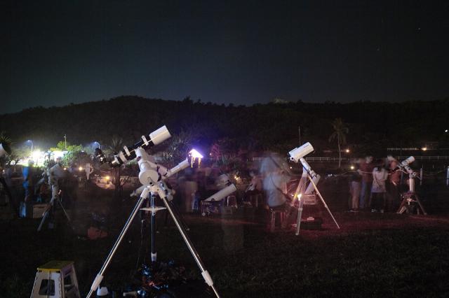 天文愛好者在小墾丁搶拍壯麗銀河與英仙座流星雨。(屏東縣天文協會提供)