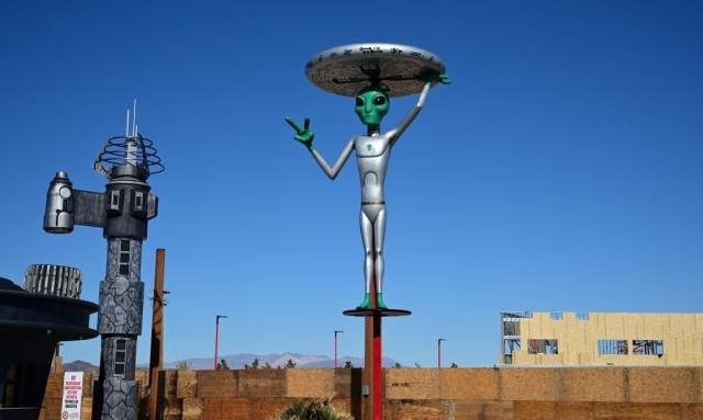 圖為51區通道外的外星人雕塑。(FREDERIC J. BROWN/AFP/Getty Images)