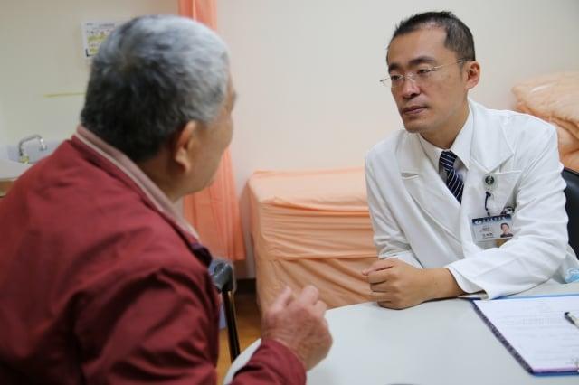 花蓮慈濟醫院麻醉部疼痛科主任王柏凱(右)。(慈濟醫院提供)