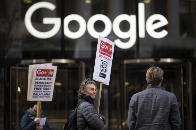 2019年1月18日,民眾在谷歌倫敦分部大樓前抗議「蜻蜓計畫」。(Dan Kitwood/Getty Images)