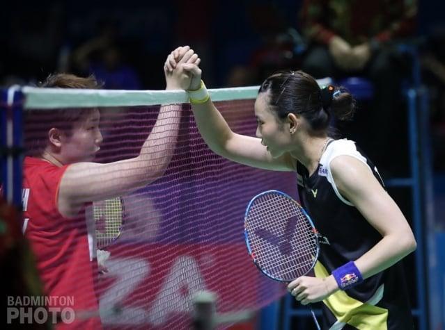 世界球后戴資穎7月20日在印尼羽球公開賽4強戰迎戰日本名將山口茜,狀況不佳,以9比21、15比21直落二吞敗,中止對戰3連勝,儘管保住球后寶座,但無緣挑戰此賽事2連霸。戴資穎(右)輸球後與山口茜握手致意。(badminton photo提供)