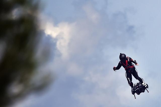 扎帕塔在飛行。(Boris HORVAT / AFP)