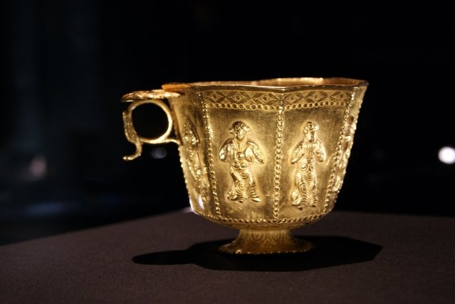 中亞伎樂紋八棱金杯,是迄今發現最大的唐代金杯。(維基百科)
