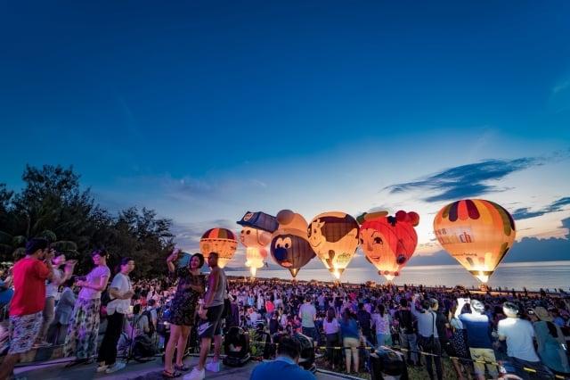 台東太麻里沙灘曙光熱氣球光雕音樂會。(台東縣政府提供)