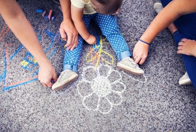 陪伴孩子時的活動要在輕鬆愉快的氛圍下進行,效果才會好。(123RF)