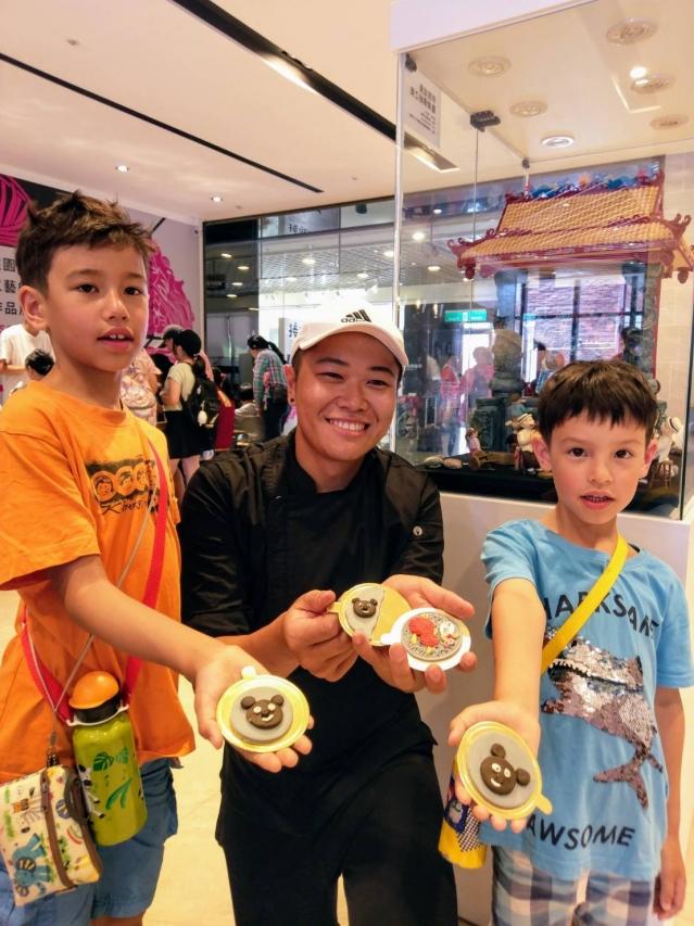 蕭仁孟與現場民眾展示完成作品。