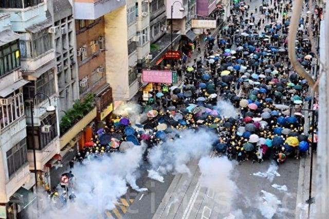 香港警方7月28日全副武裝,強力驅散和平抗議民眾,並不斷施放催淚彈,再次爆發激烈的警民衝突。(記者宋碧龍/攝影)