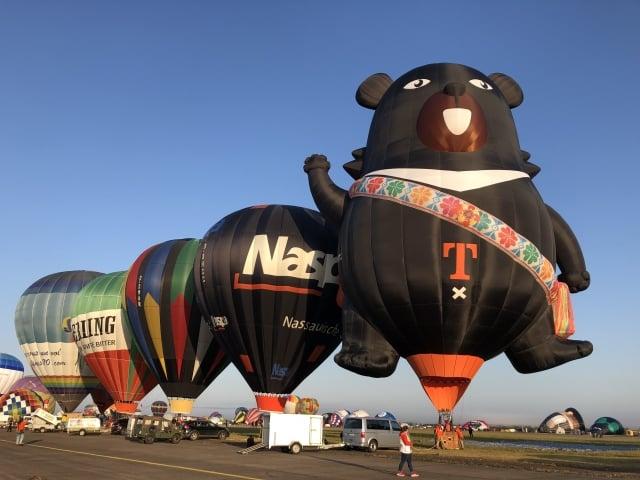 背著阿美族情人袋的台灣喔熊(OhBear) 熱氣球參加法國梅斯世界熱氣球節,外表超吸睛,成為台灣最可愛的觀光外交大使。(台東縣政府提供)