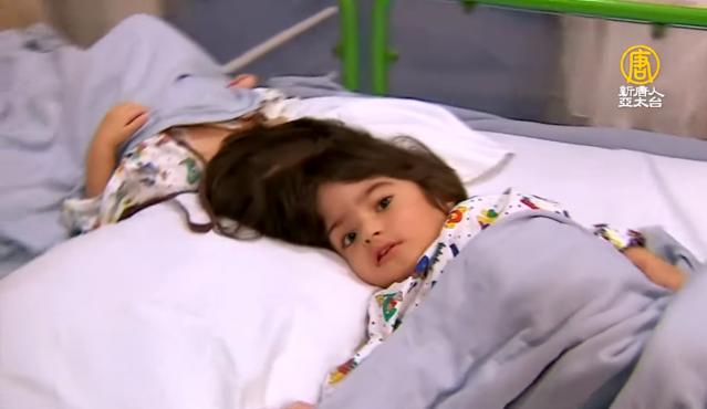 英國大奧蒙德街兒童醫院成功分離來自巴基斯坦的2歲雙胞胎連頭女嬰。(新唐人電視台)