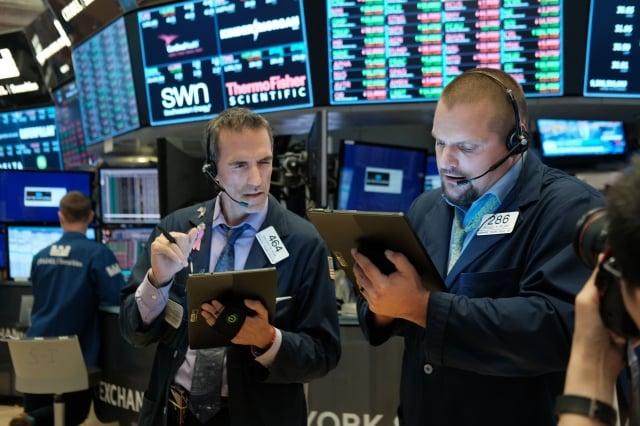 一如市場預期,聯準會31日宣布啟動10年來首次降息,引發美股暴跌。(Getty Images)