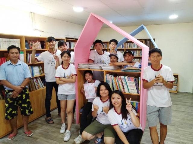 南亞室設系師生勘查現況、規劃空間、實作服務,打造出一個能夠讓學童樂在閱讀的「快樂圖書閱覽室」。