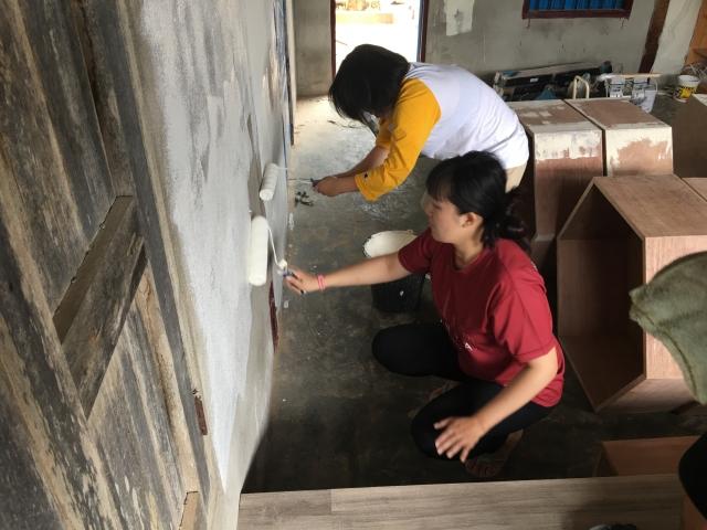 動手改造圖書閱覽空間。面對與臺灣不同的裝修施工條件,各種問題迎面而來,但同學一一克服。