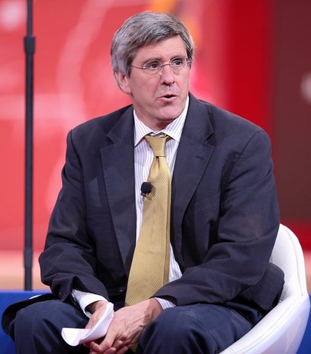 美國經濟學家、川普前經濟顧問摩爾(Stephen Moore)表示,新關稅是一種促使貿易會談取得進展的談判策略。(維基百科公有領域)