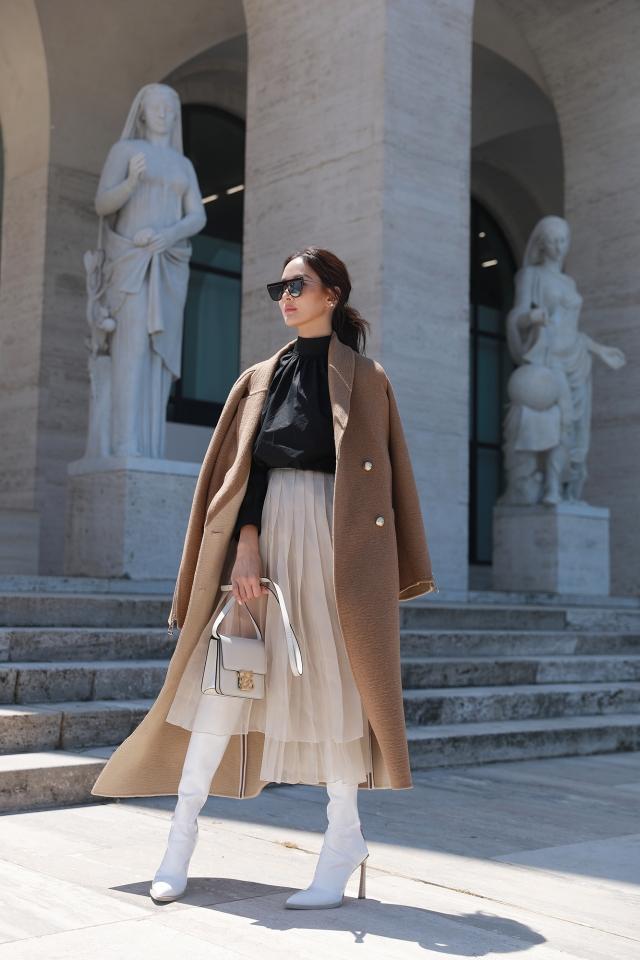 黑色設計襯衫、飄逸薄紗長裙搭配長大衣洋溢高雅。