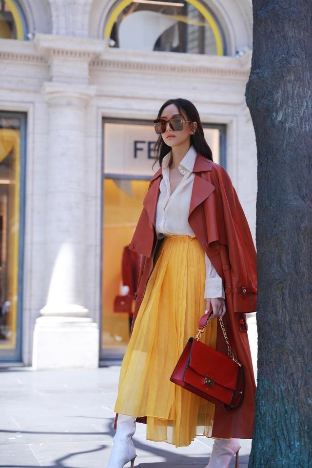 黃色長裙與亮褐色長大衣,凸顯亮麗大方氣質。