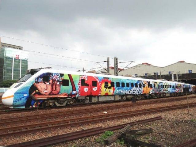 台鐵原住民族彩繪列車。(台鐵提供)