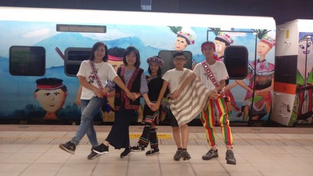 花蓮北埔國小3名學童畫作躍上台鐵原住民彩繪列車。(北埔國小提供)