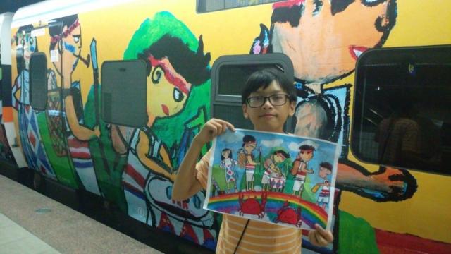 花蓮北埔國小學童羅喜恩畫的是太魯閣族知名的「榮耀彩虹橋」。(北埔國小提供)